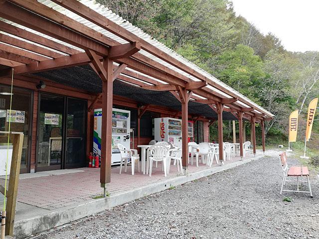 平谷湖フィッシングスポット 管理棟横の休憩スペース