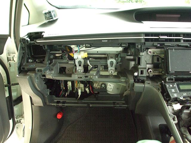 ZVW30プリウスのグローブボックスとインパネボックスを取り外した状態