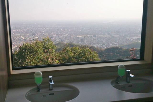 「ぎふ金華山ロープウェー」 ろおぷ亭前のトイレからの景色