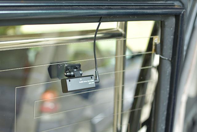COMTEC「ZDR-015」リアカメラの配線を隠していることろ。