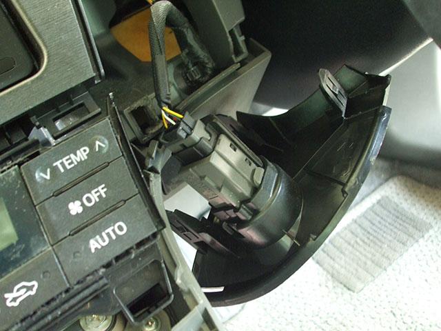 ZVW30プリウス スイッチパネルの裏側についているコネクター