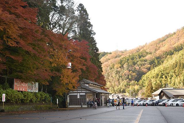 香嵐渓の紅葉 宮町駐車場の風景