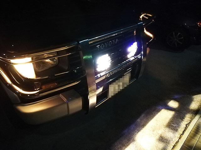 IPF 968 ハイブリッドリフレクターを夜間に点灯させたところ。