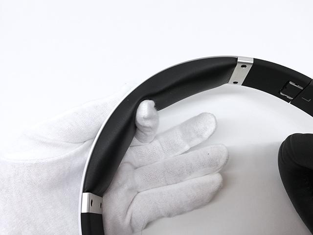 August EP640のヘッドバンドのクッションパッドを指で押さえているところ