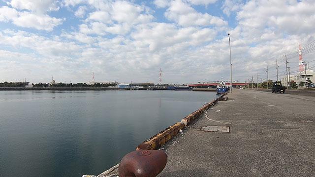 半田港から十ヶ川河口方面を見た様子