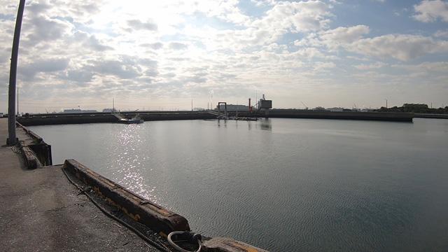 半田港から衣浦湾方面を見た様子